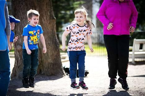 Lastenhoitaja voi viedä lapset vaikka ulos, jotta vanhemmat saavat hieman aikaa omien asioidensa hoitamiseen tai lepoon.