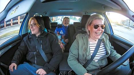 Nyt naurattaa. Äiti Laura on juuri kertonut jymyjutun lapsilleen Justukselle ja Jennalle. Liikkuva auto on yllätysuutisille oiva miljöö, sillä autosta ei pääse heti pakoon. Autossa on aikaa selittää ja keskustella.