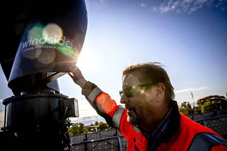 Ekamin lehtori Kalevi Laine esittelee Haminan ammattiopiston datakeskusta, jonka keskeinen rahoittaja on Google. Laine ammattiopiston katolla, jossa aurinkopaneeleita ja tuulivoimaa.