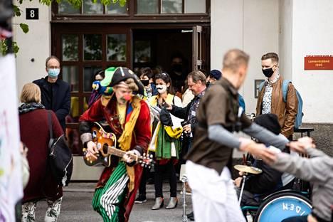 Väinö Linnan aukiolle, Finlaysonin historialliseen tehdasmiljööseen, oli järjestetty keskiviikkona riehakas sirkusmeininki ilahduttamaan kulttuuripääkaupungista päättävää EU-raatia. Esiintymässä oli SirkusRakkausPumPum.