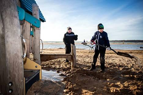 Vesi on nyt poikkeuksellisen korkealla myös Yyterissä. Kankaanpääläiset Eetu Jokinen, 9, ja Veetu Riipi, 8, hyödynsivät tilanteen kaivamalla ojaa leikkitelineen ympärille.