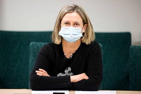 Jaana Syrjänen muistuttaa, että mitä lyhyempi välimatka, sitä lyhyempi aika riittää koronavirustartuntaan. Syrjänen kuvattiin koronavirusinfossa maaliskuussa 2021.