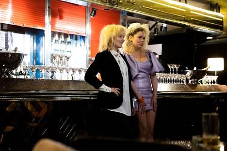 Kotimainen elokuvateollisuus on työvoimavaltainen ala ja iso työllistäjä myös Pirkanmaalla. Maaliskuussa kuvattiin Kikasta kertovaa elokuvaa hotelli Rosendahlin yökerho Joselinissa. Kuvassa Elena Leeve (vas.) ja Sara Melleri.