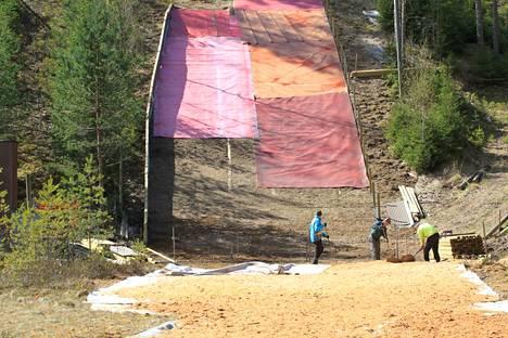 Leppäkosken mäkitorni muovitetaan kesän aikana. Muovitettu mäki mahdollistaa mäkihypyn harrastamisen kaikkina vuodenaikoina.
