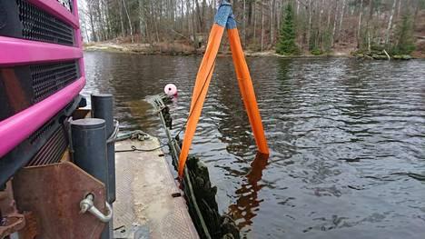 Maanantaina 11. marraskuuta vanhan hinaajan hylylle tehtiin koenosto. Liinojen avulla hylkyä nostettiin puolisen metriä. Tarkoituksena on siirtää hylkyä noin 500 metriä nykyiseltä paikaltaan Tampereen Santalahden edustalla.
