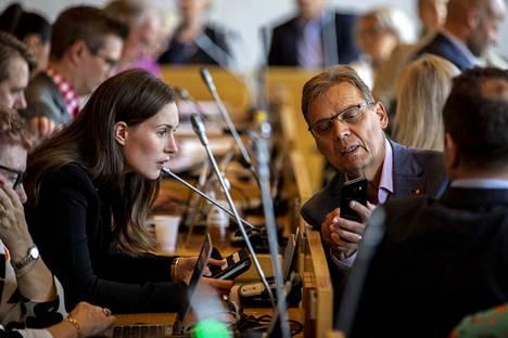 Edes sdp:n valtuustoryhmässä ei ollut maanantaiaamuna tietoa siitä, saapuuko pääministeri Sanna Marin valtuuston kokoukseen. Kuvassa Marin ja pormestari Lauri Lyly valtuuston kokouksessa elokuussa.