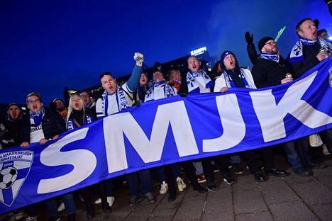 Fanit marssivat Helsingin Narinkkatorilta Töölön jalkapallostadionille.