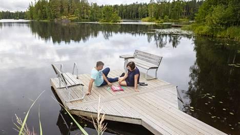 Laituri on kovassa käytössä Pasi Laihon ja Minna Kaihovirran mökillä, sillä he uivat vuoden ympäri. Kun lapset ovat mökillä, laiturilta myös hypitään ahkerasti järveen. Haapijärvi on Laihon mukaan todella matala, mutta mökin ranta on ruopattu, joten siinä vettä on kaksi metriä.