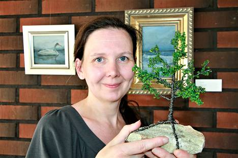 Taiteilija Kirsi Sarasvirta pitää myymälägalleriaansa Kikros Designia Panelian keskustassa.