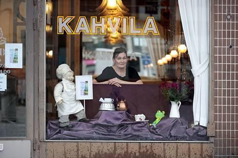 Linda Otsing on Pohjoiskauppatorin Sarpi-kahvilan uusi yrittäjä. Kahvila ehti olla hetken aikaa suljettuna, ja moni jäi sitä kaipaamaan. Ensi viikolla perinteikkäässä kahvilassa kuitenkin kahvitellaan taas.