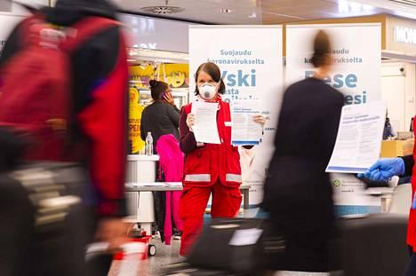 Helsinki-Vantaan lentokentällä matkustajien valvonta tiivistyy. Jatkossa kaikki ohjataan karanteeniin viranomaistoimenpitein.
