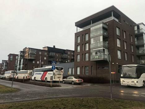 Linja-autot kurvasivat p-alueelta Voimakadulle suunnatakseen pois Tampereen keskustasta.