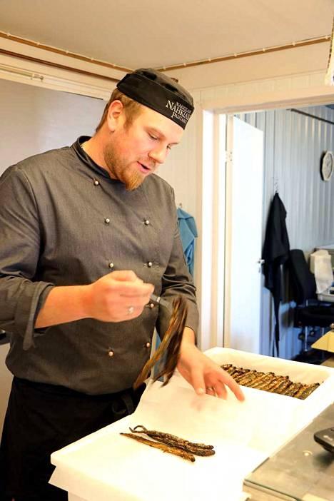 Toisin kuin monet luulevat, voidaan nahkiaisia myydä huhtikuuhun saakka, Mikko Vilponen kertoo.