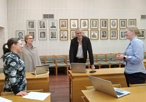 HT Laser Oy avaa ovensa Gradian, Saskyn ja Mäntän seudun koulutuskeskuksen opiskelijoille, jotka suorittavat ammattitutkinnon yrityksessä opiskellen. Kuvassa Liisa Kotanen, Sari-Anne Myllyaho, Arto Pylvänäinen ja Tiina Perämäki.