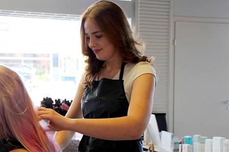 18-vuotias Meri Salonen työllisti itsensä parturi-kampaamoon vuokratuoliyrittäjänä, kun kesätyöpaikkaa ei alalta löytynyt.