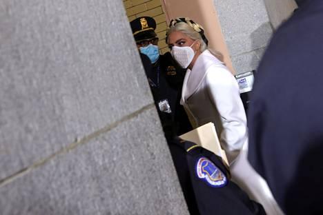 Laulaja Lady Gaga kuvattiin hänen saapuessaan kongressitalolle Washingtonissa. Lady Gaga laulaa kansallislaulun virkaanastujaisseremonian aluksi.