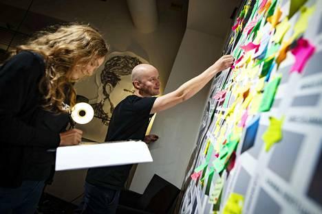 Asta Frangen ja Tero Suopanki työskentelevät projektissa kuukauden. He muun muassa kirjaavat ylös ihmisten kirjoittamia ajatuksia.