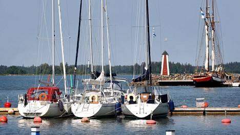 Syystuulet puhaltavat mereltä voimakkaasti. Venesatamissa vielä veneitä säilyttävien kannattaa tarkistaa niiden kiinnitykset.