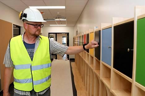 Naulakoiden pikkukaapit ovat erivärisiä, joten lasten on helppo löytää niistä omansa. Rakennusinsinööri Jari Ruponen pitää heinäkuussa valmistuvaa päiväkotia onnistuneena kokonaisuutena.