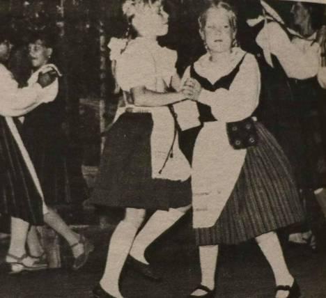 Saloisten kesäiltamat 40 vuotta sitten. Kuvassa vas. Marianne Hakala ja Ulla Eerola.