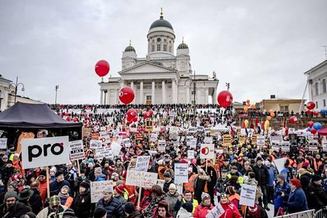 Aktiivimallia vastaan osoitettiin mieltä Senaatintorilla Helsingissä helmikuussa 2018.