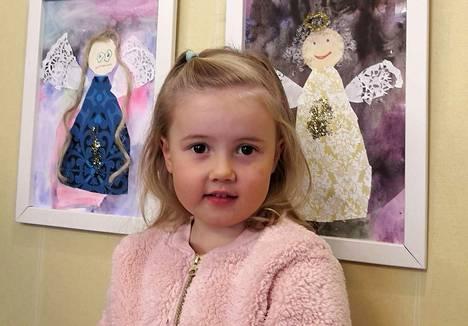 Enkeleiden kuvia on syntynyt näyttelyyn 2–6-vuotiaiden käsissä. Yksi taiteilijoista on Venla Mäkelä, ja hänen mielestään kivointa askartelussa oli ollut tehdä enkelille vaatteet.