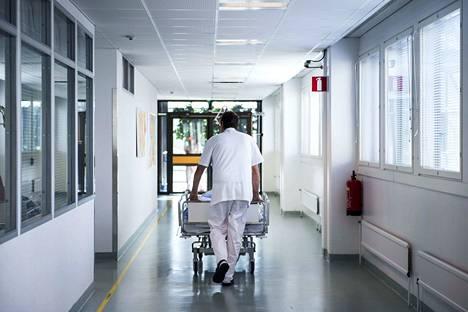 Satakunnan sairaanhoitopiirissä kiireettömän erikoissairaanhoidon jonot ovat pidentyneet, kun keväällä varauduttiin pandemiaan. Avuksi kaihijonon purkamiseen esitetään leikkausten ostamista yksityiseltä.