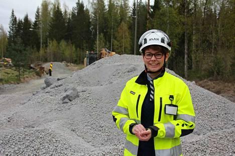 Ecolan Oy on jalostanut tuhkarakeista teiden eristysmateriaaleja. Metsätien rakennustyömaalla vieraileva Jenni Nurmi on erikoistunut teollisuuden ja rakennetun ympäristön kiertotalouteen.