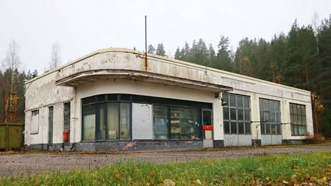 Turengintien varressa sijaitseva vanha Esso on ollut pitkään tyhjillään.