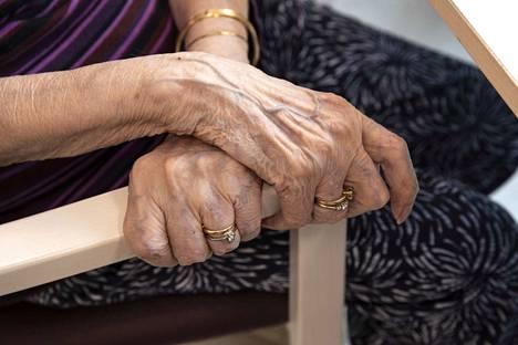Yksinäisyys voi alentaa hyvinvointia ja terveyttä merkittävästi. Kroonisesti yksinäisten elinajanodote on muita heikompi. Myös erittäin sairaiden ja hauraiden asukkaiden yksinäisyyttä voidaan lieventää hyvin suunnitelluilla toimilla.