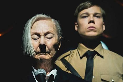 Seela Sella (vas.) esittää Hitleriä, Verneri Lilja hänen saksanpaimenkoiraansa Blondia.