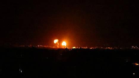 Räjähdys näkyi yötaivaalla  Gazan eteläosassa sijaitsevan Khan Yunesin yllä 16. kesäkuuta.