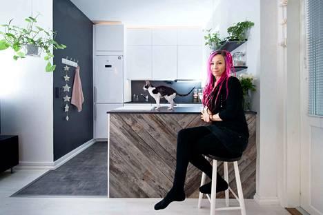 Minna Pehkonen on tyytyväinen uuteen keittiöönsä. Hän teki paljon itse ja säästi siksi huomattavan summan remonttikustannuksissa.