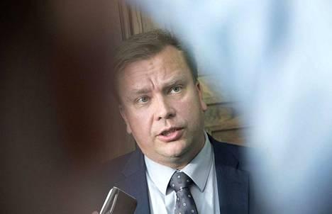 Keskustan eduskuntaryhmän puheenjohtaja Antti Kaikkonen sysää hallituksen muodostamisen vastuun ennen kaikkea vaalivoittajille.