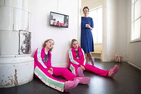 Hertta Kiisken videoteoksessa Tässä (Tylsyys) ikävystymiseen eläytyvät kaksitoistavuotiaat Elli Syrjänen ja Irma Kiiski. Heidän mielestään videoteoksen tekeminen ei itse asiassa ollut lainkaan tylsää.