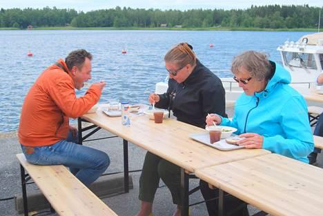Johan Wessberg ja Niina Soinila Turusta kehuivat kilpaa Yrittäjänaisten maukasta lohikeittoa. Kesämerikarvialaisten seuraan liittynyt Luvian Kirsti Heini, oikealla, oli ehdottomasti samaa mieltä.