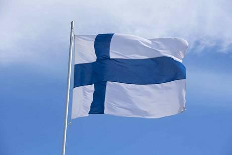 Suomen liput liehuvat saloissa itsenäisyyspäivän kunniaksi.