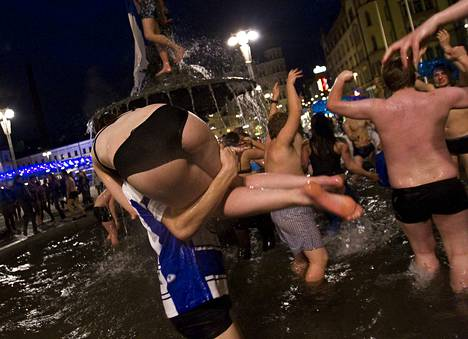 Meno suihkulähteessä oli villi, ja moni uimari vähensi vaatetustaan tuntuvasti.