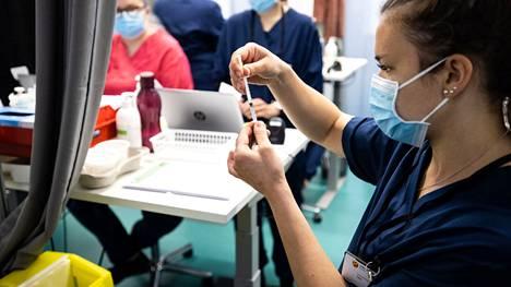 Sairaanhoitaja Tiina Tähtinen kuvattiin toukokuussa antamassa rokotuksia Tampereella Ratinan joukkorokotuspisteellä.
