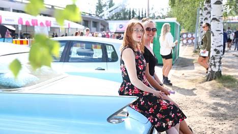Anna-Leena Majavesi (vas.) ja Henna Kettunen Pirkkalasta saapuivat lauantaina aurinkoiseen Ratinaan. Kumpikin juhlisti Tammerfestiä jo kolmatta päivää.
