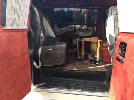 Ajoneuvosta oli varastettu irtaimistoa, esimerkiksi kattotelevisio.