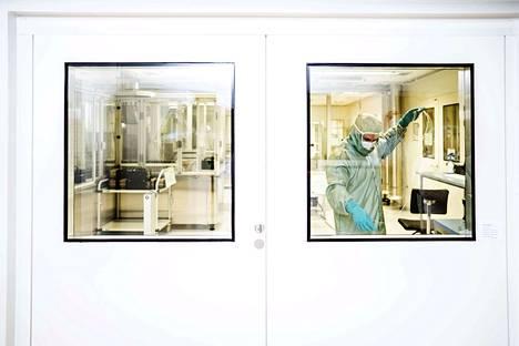 Tuotantotyöntekijä Timo Ekman katkoo ehkäisyimplanttiin tarvittavaa putkea ehkäisyimplantti-osastolla. Käsivarren ihon alle asetettava implantti on viisi senttimetriä pitkä ja halkaisijaltaan kolme millimetriä.