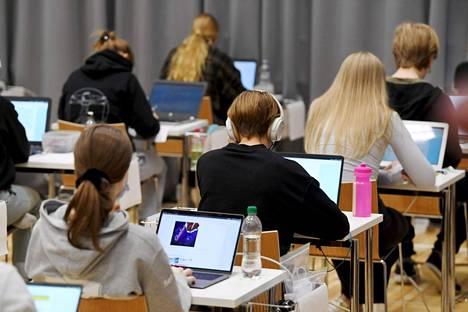 Syksyn ylioppilaskirjoitukset alkoivat maanantaina äidinkielen kokeella. Kuva  Ressun lukiosta Helsingissä.