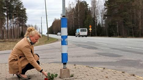 Kirsi Staff kävi onnettomuuden vuosipäivän alla laskemassa ruusun miehensä kolaripaikalle. Pasi Staff lähestyi risteystä kuvassa näkyvää loivaa alamäkeä pitkin, kun auto kääntyi suoraan ajolinjalle.