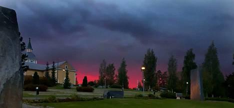 Perjantaina 13. syyskuuta auringonlaskun aikaan taivas Kiikoisten kirkkomaan yllä värjäytyi kauhistuttavan kauniiksi.