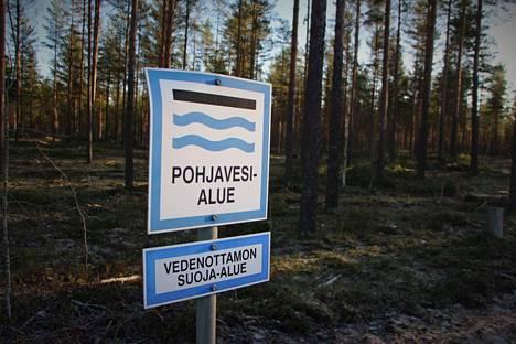 Vedenottamoiden ympärillä on laajat suoja-alueet puhtaan pohjaveden turvaamiseksi.