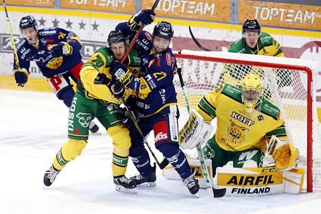 Lukko vyörytti hyökkäyksiä Ville Kolppasen maalille.