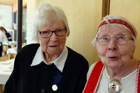 Alma Vesala ja Salme Viitalaakso palkittiin veteraanipäivän juhlassa Suomen Valkoisen Ruusun Ritarikunnan 1 luokan mitalilla.