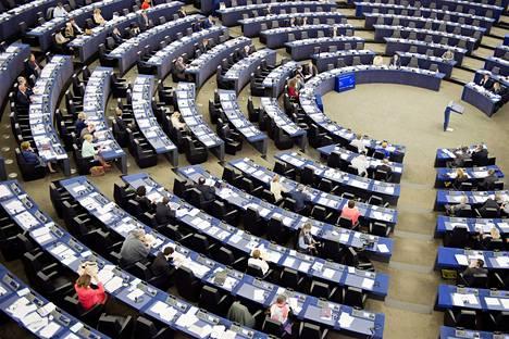Kirjoittaja toteaa, että turvapaikanhakijapaine, tuhoisat terrori-iskut sekä digitalisaatiota hyödyntävä kyberrikollisuus ja hybridivaikuttaminen ovat vaatineet Euroopan unionilta uutta yhteistyön otetta ja mittavan paketin lainsäädäntöä.