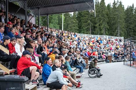 Kaupin pesäpallostadion oli koronarajoitusten puitteissa loppuunmyyty viime sunnuntain kotiavauksessa Kouvolan Pallonlyöjiä vastaan. Paikalla oli 970 katsojaa.